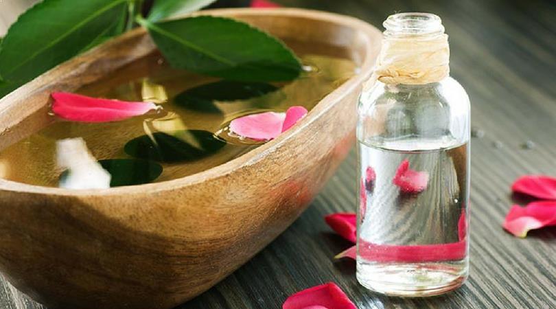 Rosenwasser gegen Augenringe